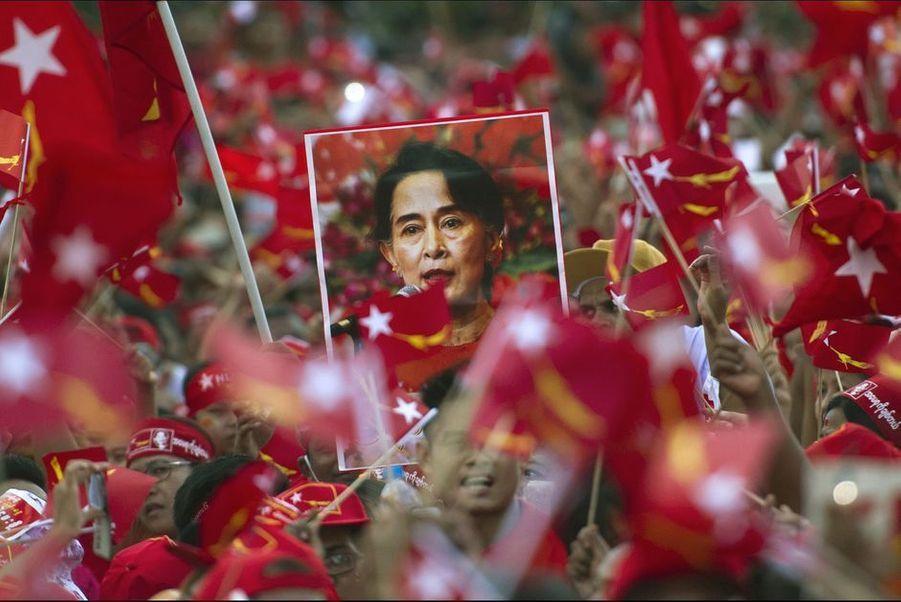 Mars. Aung San Suu Kyi et son parti arrivent au pouvoir en Birmanie