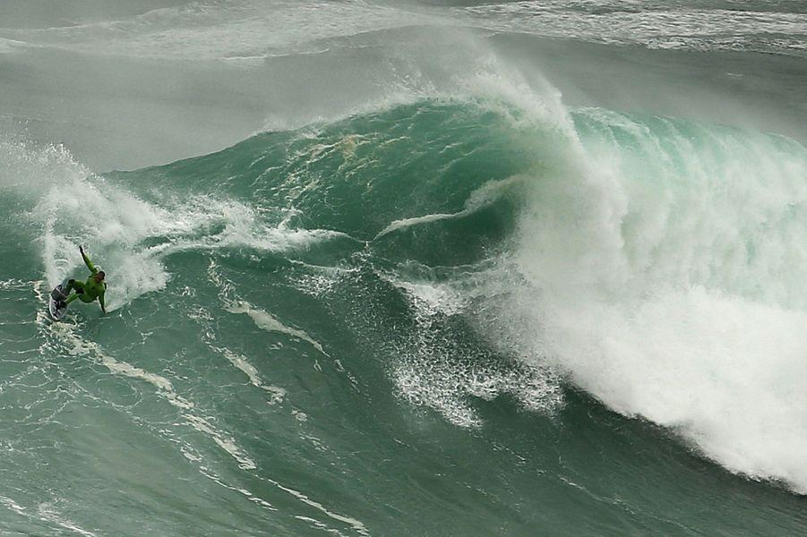 Nazaré contre surfeurs, le duel