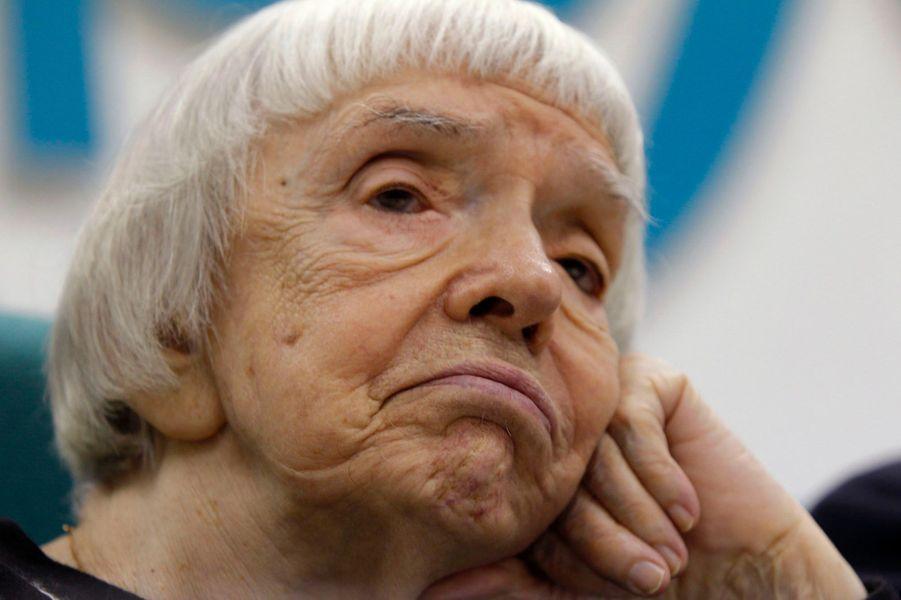 Historienne de formation, cette femme de caractère aujourd'hui âgée de 86 ans, se bat depuis de longues décennies pour les droits de l'Homme en Union soviétique puis en Russie. Fondatrice du Moscow Helsinki Group, membre de Strategy-31, elle se bat aujourd'hui contre les abus de pouvoir du régime de Vladimir Poutine.