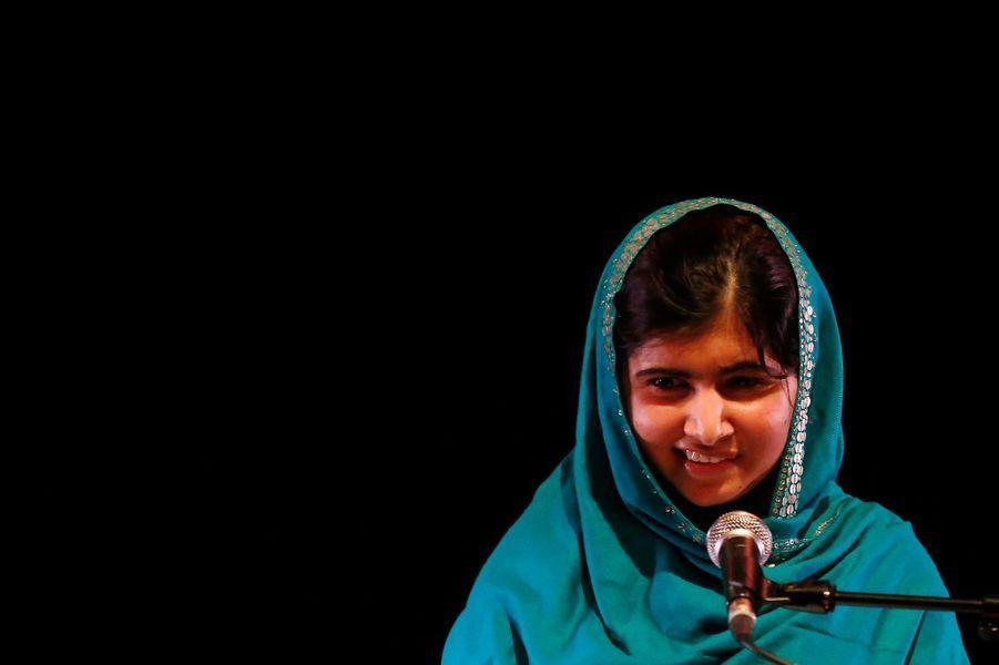 On ne présente plus Malala Yousafzai, courageuse adolescente au message de paix universel. Fille d'un instituteur de la vallée du Swat, l'adolescente avait été visée à bout portant par un commando de talibans dans le bus qui la ramenait chez elle après une journée d'école. Après plusieurs mois de soins, et de complexes opérations, la jeune fille s'est parfaitement remise et sillonne désormais le monde afin de répandre son message en faveur de l'éducation pour tous. Elle a écrit un livre, «Moi Malala, je lutte pour l'éducation et je résiste aux talibans» (aux éditions Calmann-Lévy), dont Paris Match publie cette semaine des extraits exclusifs.