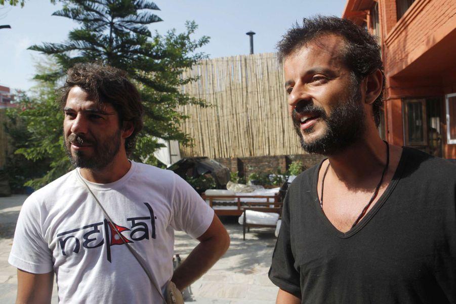 Pedro et Lourenco, les deux touristes portugais aident les Népalais victimes du séisme