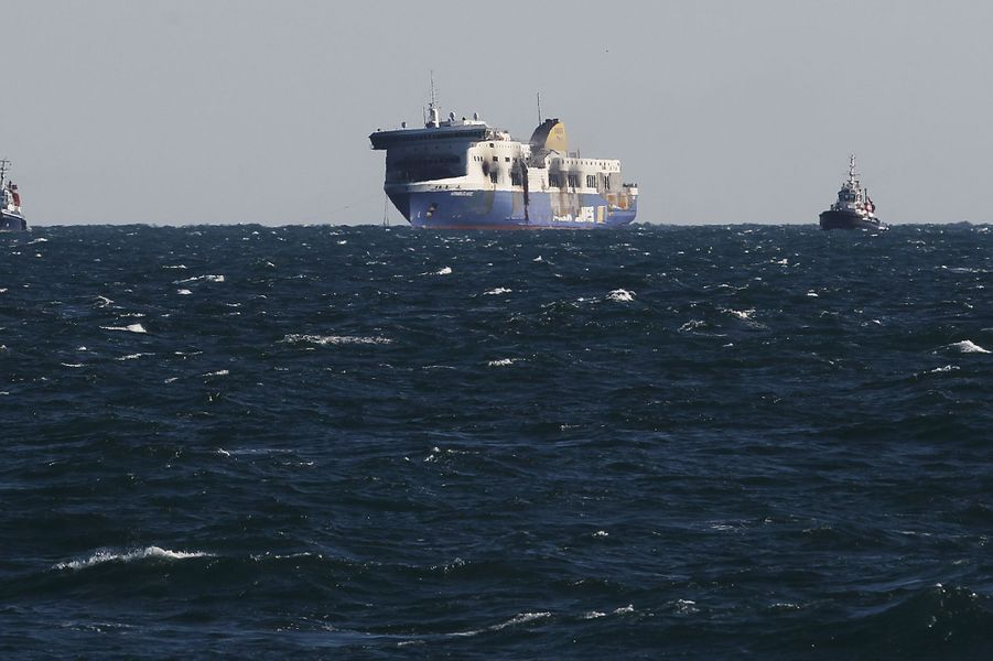 Le Norman Atlantic est entré dans le port de Brindisi après l'incendie qui l'a ravagé