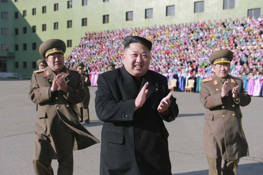 """Kim Jong-un a rencontré les """"familles exemplaires"""" de l'armée nord-coréenne"""
