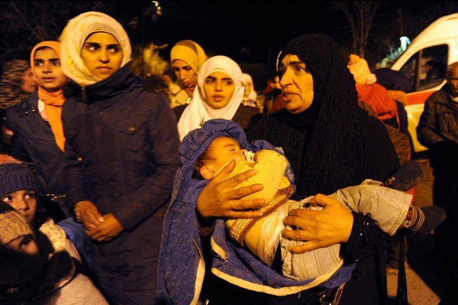 Des habitants de Madaya attendant d'être évacués