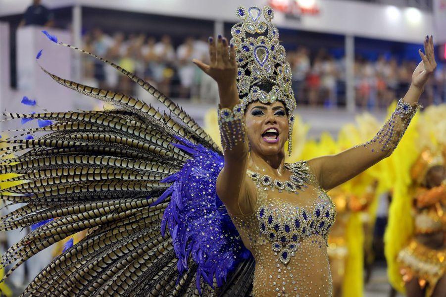 Les danseurs de samba défient Zika