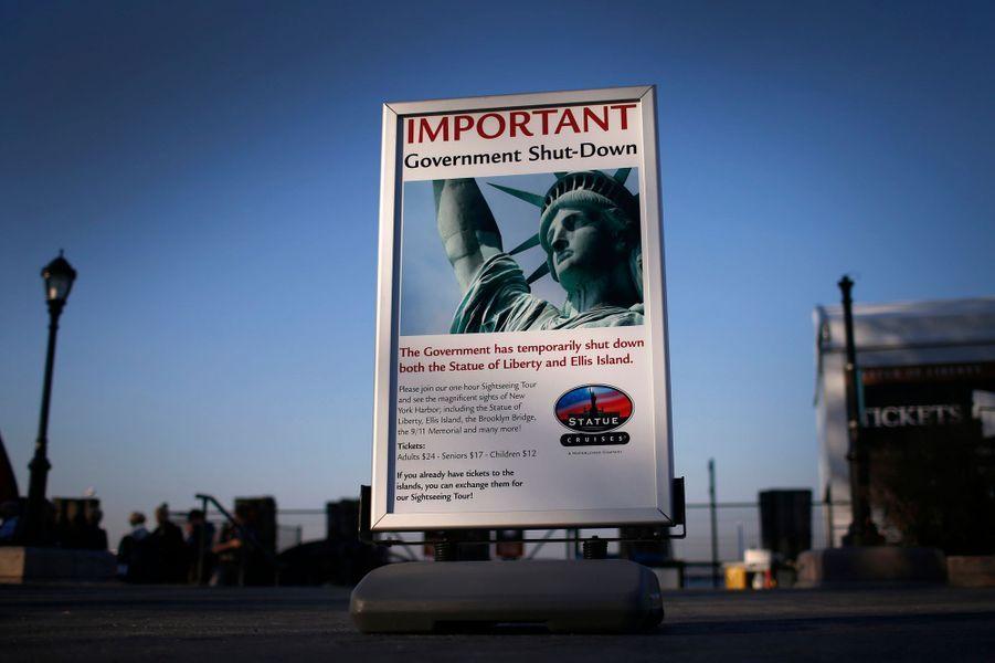 """L'Etat fédéral américain est resté paralysé mardi, pour la première fois depuis dix-sept ans, suite au """"Shutdown"""" ou l'absence d'un compromis budgétaire entre l'exécutif et le pouvoir législatif, ici entre le président démocrate Barack Obama et ses adversaires républicains majoritaires à la Chambre des représentants. Conséquence directe: la fermeture de nombreux établissements et parcs fédéraux comme la statue de la Liberté et l'île d'Ellis Island, à New York."""