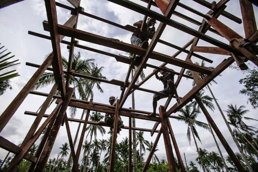 « Il est très important de reconstruire nos maisons de façon plus sûre. Dans le futur, nous devrons faire face à davantage de tempêtes. Je pense aux enfants qui sont toujours dans des abris de fortune », Venia, 42 ans.Les Philippines sont l'un des trois pays de la planète les plus exposés aux impacts du changement climatique. C'est pourquoi, l'ONG CARE a formé les populations et des charpentiers à reconstruire des maisons qui pourront mieux résister aux prochaines tempêtes.Venia se charge d'apporter une assistance technique aux habitants de son village.