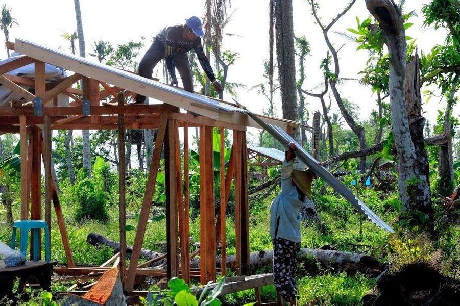 Un an après le passage dusuper-typhon Haiyan,qui a fait 7 350 morts le 8 novembre 2013, dans les îles du centre de l'archipel philippin, le chemin de la reconstruction reste long, même si les efforts commencent à porter leurs fruits. Comme le rappelle l'organisationCare,16,1 millions de personnes ont été affectées par cette catastrophe. L'aide humanitaire a sauvé des centaines de milliers de personnes. Grâce aux ONG et à la solidarité qui s'est mise en place, la vie reprend son cours doucement. Néanmoins, quelque 14 millions de personnes, soit environ 15 % de la population, vivent dans des conditions précaires dans la zone dévastée, dont la réhabilitation pourrait prendre une décennie selon l'ONU. Les dégâts ont été évalués à 10 milliards d'euros dans cette région rurale, déjà parmi les plus pauvres du pays.Découvrez les témoignages de sept femmes, soutenues par Care, qui participent à l'effort de reconstruction dans la province de Leyte.Parmi elles, Evea, 30 ans:«Mon mari m'a dit que je gérais bien notre argent. Je vais m'assurer que l'aide financière reçue pour la reconstruction de notre maison sera bien dépensée. Je rêve d'avoir une maison sûre pour mon bébé », a-t-elle confié à Care, quia aidé 29 000 familles à chercher un endroit sûr et à reconstruire leur maison. Evea a engagé un charpentier qui a érigé les fondations et le toit de sa maison. Aujourd'hui, elle veut acheter des plaques de contreplaqué pour finir les murs.