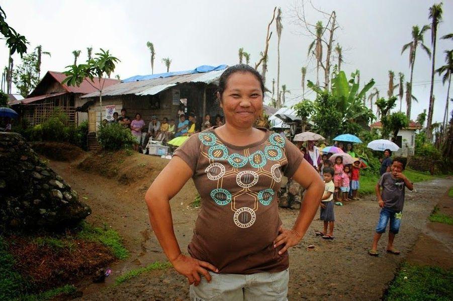 «À cause d'Haiyan, notre vie a changé. Sans argent, nous n'avions pas de quoi manger à chaque repas. Je ne pouvais pas rester sans rien faire. J'ai commencé à cultiver des légumes pour subvenir aux besoins de ma famille », Gemma, 34 ans.Les cultures de cocotiers, dévastées par Haiyan, mettront 6 à 9 ans à repousser. Gemma et son mari, qui gagnaient 35 dollars par mois grâce à leur culture familiale de noix de coco et de riz, ont perdu leur principale source de revenus.