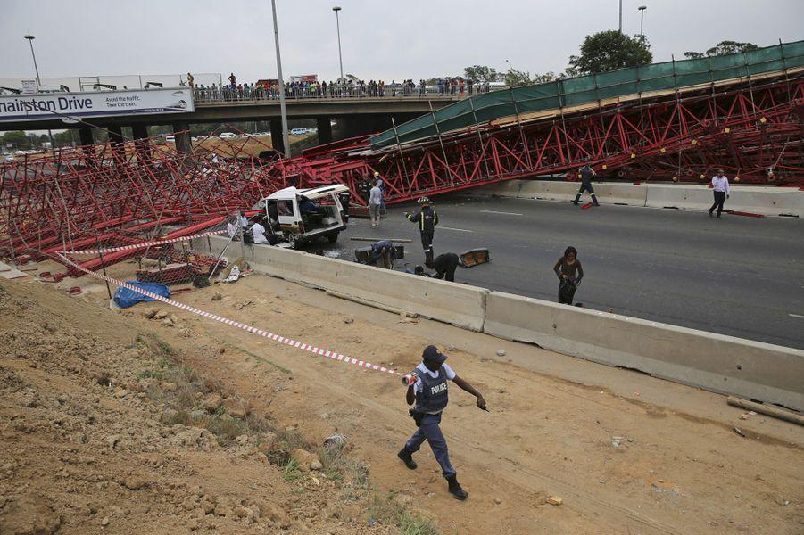Un pont s'effondre en pleine autoroute à Johannesburg