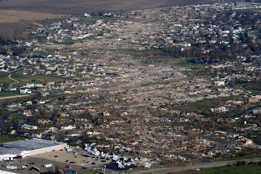 La petite ville de Washington, dans l'Illinois, a été ravagée par une tornade, dimanche. Huit personnes sont décédées dans cet Etat du Midwest. Deux tornades de niveau EF4 (sur une échelle de 5) ont semé la désolation, principalement dans le comté de Tazewell dont la ville principale est Washington.