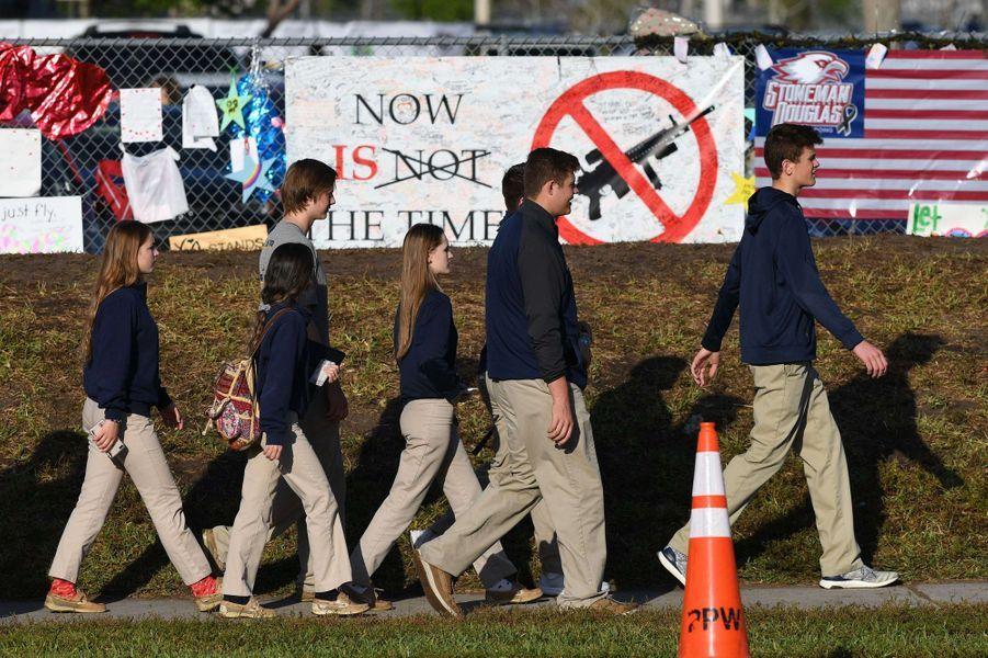 Les élèves du lycée de Parkland ont fait le retour dans l'établissement mercredi.