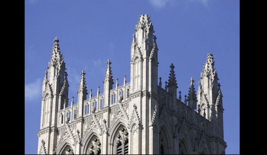 La cathédrale nationale de Washington a été endommagée, trois pitons de la flèche centrale s'étant effondrés.
