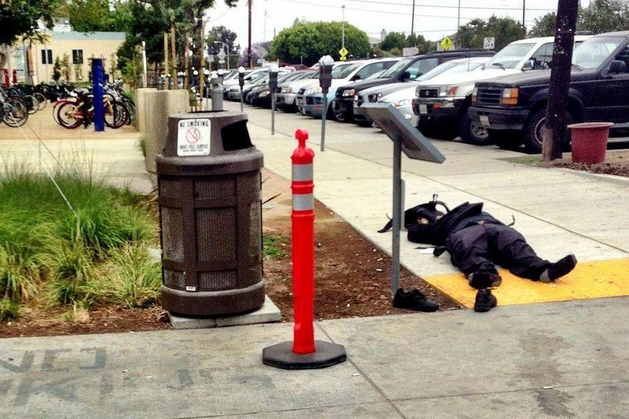 Un homme ouvert le feu alors qu'il «marchait tranquillement» vendredi midi à Santa Monica, à l'ouest de Los Angeles (Californie), comme le relate CNN. Six personnes ont été tuées et cinq blessées. Le tireur -dont l'identité n'a pas encore été dévoilée- a débuté sa mission meurtrière chez lui, près du campus universitaire de la ville, en tuant son père et son frère. Il a ensuite été abattu à son tour par les policiers. Un deuxième individu a été placé en garde à vue en lien avec cette tuerie, avant d'être libéré. Néanmoins, la police ne privilégie officiellement aucune piste. La fusillade s'est déroulée à quelques kilomètres de là où Barack Obama assistait à une levée de fonds, au domicile de l'ancien président du groupe de médias NewsCorp, Peter Chernin.