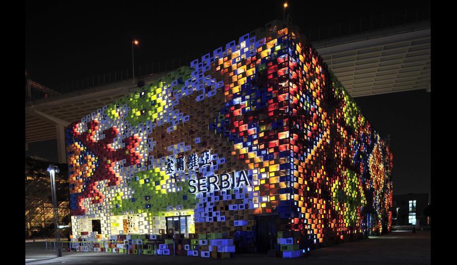 """Le pavillon serbe, dont les parois représentent d'immenses motifs tissés, a pour thème """"les codes de la ville""""."""