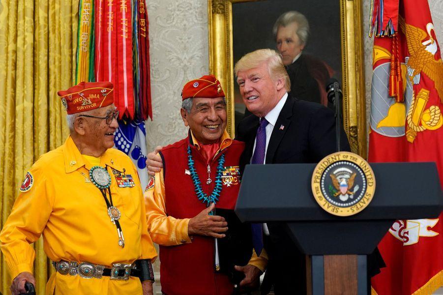 Donald Trump recevant des «code talkers» Navajo à la Maison Blanche, le 27 novembre 2017.