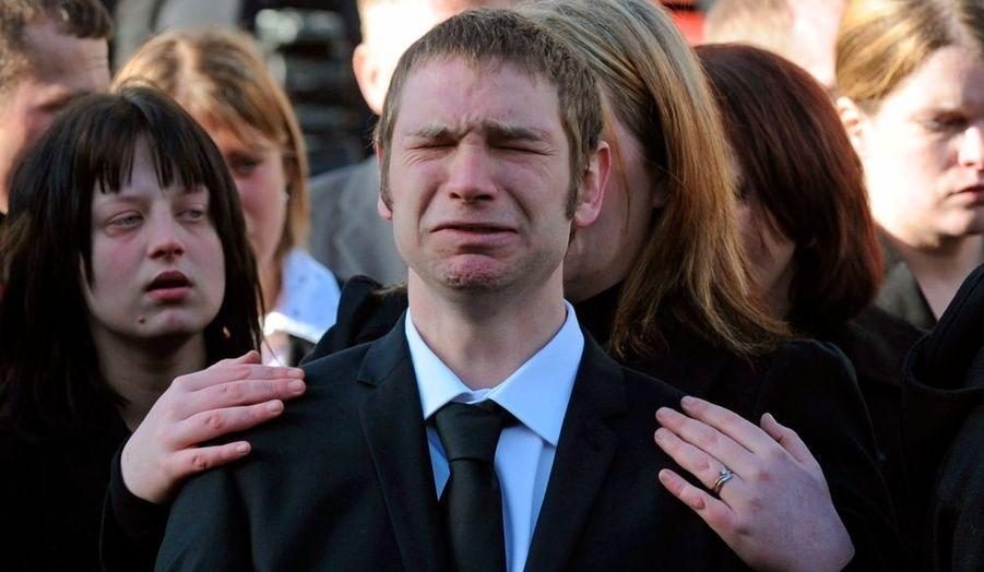 Les proches pleurent devant les corbillards emportant les cercueils de deux soldats britanniques, à Wootton Bassett en Angleterre. Le caporal Liam Agacé - formé aux côtés du Prince Harry - et le Caporal de Lance Graham Shaw, tous deux du 3ème Bataillon du Régiment du Yorkshire ont été tués en service près de Malgir en Afghanistan, au début du mois.