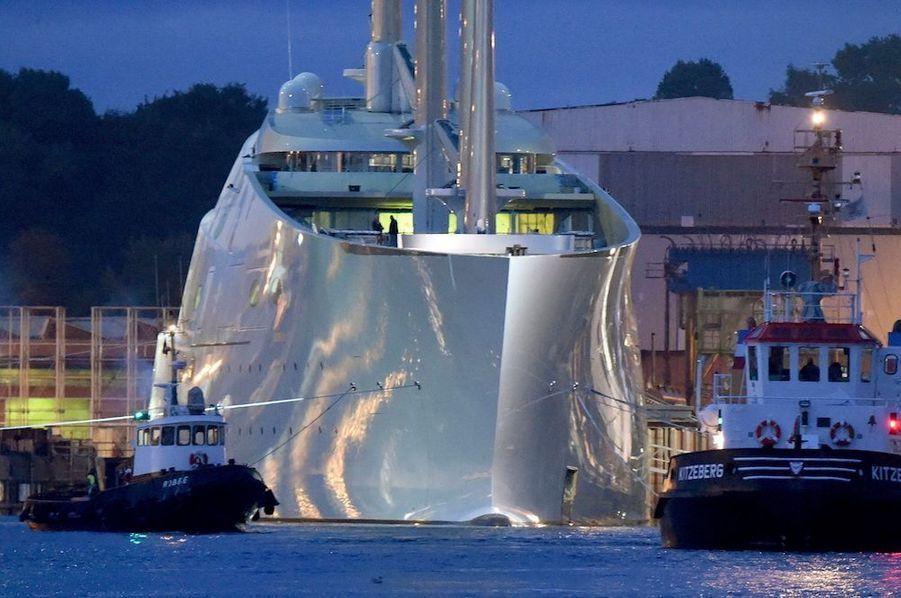 """23 septembre 2015, le «Sailing Yacht A» quitte le port de Kiel, en Allemagne. Des hublots à l'épreuve des balles et 40 caméras protègent ce coffre-fort fottant.Le """"Sailing Yacht A"""": Naguère, ils s'offraient des châteaux presque aussi grands queVersaillespour dire tout le bien qu'ils pensaient d'eux-mêmes. Aujourd'hui, ils arment des navires impensables il y a encore dix ans. Andrey Melnichenko, industriel dans le charbon et les fertilisants – vieil ami dePoutineet témoin à son mariage – a engraissé son compte en banque : 11 milliards d'euros. Il vient de lancer son « «Sailing Yacht A»», un trois-mâts de 143 mètres et 400 millions d'euros. Suffisamment spacieux pour loger 20 invités et 54 hommes d'équipage. La marraine est évidemment Aleksandra, la femme du capitaine. Ancienne chanteuse, c'est une sirène idéale.Le « History Supreme »Enrichi de platine, un yacht à l'épreuve de la corrosion… Le « History Supreme » fait la ferté de son heureux propriétaire, un nabab malaisien qui tient à garder l'anonymat. L'ensemble est inestimable, mais très tendance. La course au luxe, lancée depuis des années, a pris un caractère efréné. Les milliardaires d'avant-guerre se contentaient de gentilles goélettes pour jouer en famille avec les vagues. Les Crésus d'aujourd'hui veulent du lourd, du faramineux et des méga-réservoirs. Pour un plein, compter au moins 250 000 litres ! Record à battre. Ce qui ne saurait tarder, car la naissance de 21 nouveaux géants est annoncée. Dans le plus grand secret.Le « Symmetry »:Ne le cherchez pas en mer, ce somptueux navire n'existe qu'en rêve. AuSalon de Monaco, en septembre 2015, les amateurs ont seulement pu en admirer la maquette. Long de 180 mètres, le yacht du futur entend révolutionner le modèle traditionnel des bateaux des milliardaires grâce à son design symétrique. Le concept qui a donné son nom : « Symmetry ». Conçu par le designer néerlandais Sander Sinot, ce monstre de 18 000 tonnes peut aller jusqu'à 37 km/h. Il dispose de six ponts pers"""