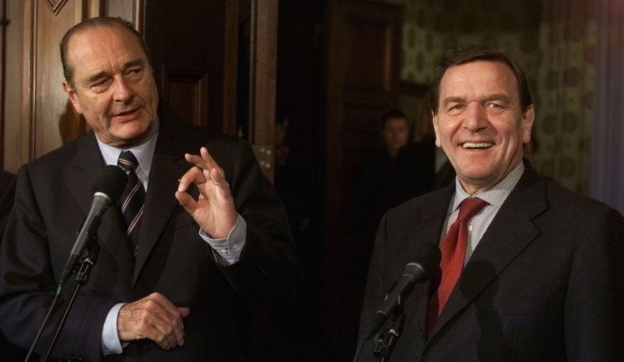 Ici photographiés en décembre 2000, Jacques Chirac et Gehrard Schröder devaient considérablement se rapprocher deux ans plus tard, unis dans l'opposition commune de la France et de l'Allemagne au projet américain de guerre en Irak. La confiance entre les deux dirigeants culmine le 17 octobre 2003, lorsque le chancelier allemand mandate le Président français pour s'exprimer au nom des deux pays au Conseil européen de Bruxelles.
