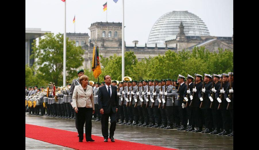 Le 15 mai 2012, à peine la cérémonie de passation des pouvoirs terminée à l'Elysée, François Hollande s'est envolé pour Berlin, où il a été accueilli par Angela Merkel. Le soutien apporté par la chancelière à Nicolas Sarkozy durant la campagne présidentielle est oublié et le couple franco-allemand reprend sa marche.