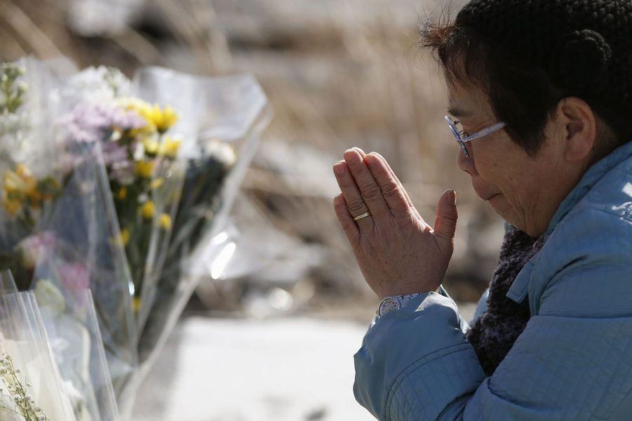 Il y a trois ans, le 11 mars 2011, un tremblement de terre suivi d'un tsunami ont dévasté le Japon provocant une des plus grosses catastrophes nucléaires de ces derniers temps et tuant des milliers de personnes. Avec le temps, la vie a repris son cours, les commémorations s'organisent, mais des villes demeurent encore inhabitables.Sur cette photographie: Mardi, une femme prie à Namie pour les victimes de la catastrophe.