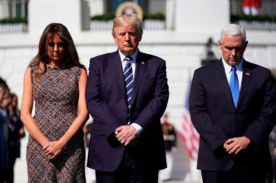 Accompagné de son épouse Melania et du vice-président Mike Pence et de son épouse Karen, M.Trumps'est recueilli en silence.