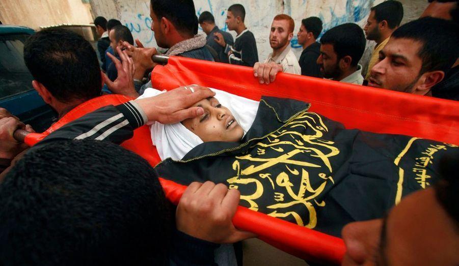 """Parmi les victimes, un enfant de 12 ans, Ayoub Assaleya, décédé dimanche. L'armée israélienne a dit enquêter sur la mort de ce garçon. Elle a déclaré dimanche avoir visé """"une équipe terroriste qui était dans les ultimes phases de la préparation de tirs de roquettes contre Israël depuis le nord de la bande de Gaza."""""""