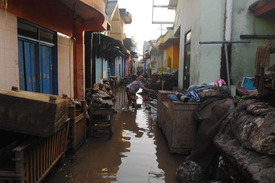 Les pluies torrentielles ont provoqué des éboulements de terrain à Java mercredi.
