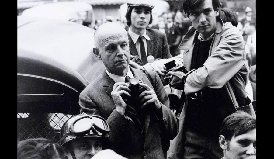 Henri Cartier-Bresson, appareil à la main, photographie les manifestations de Mai 1968… sous l'œil de Göksin Sipahioglu.