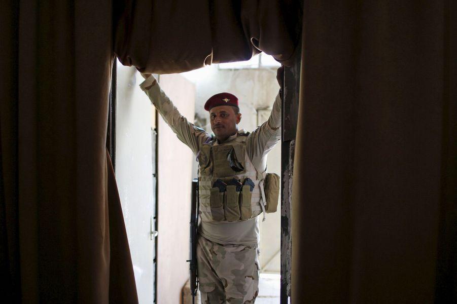 Au sein de la base militaire de Makhmour, l'armée irakienne a lancé une station de radio qui émet dans la région de Mossoul, tombée entre les...
