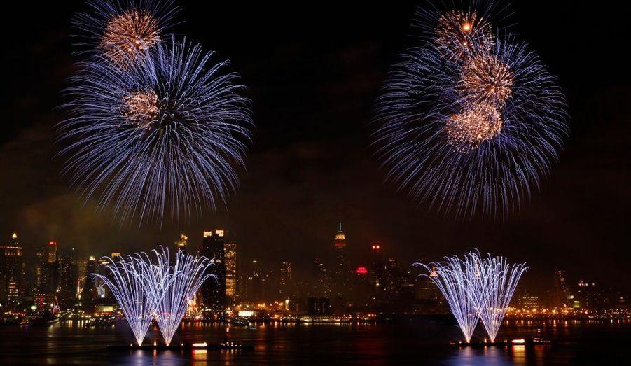 A New York, 40 000 pièces pyrotechniques avaient été installées à bord de 6 barges sur le fleuve Hudson.