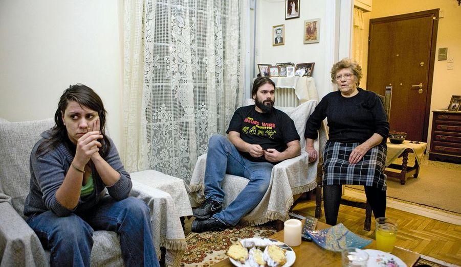 Stavroula, 70 ans, touche une pension de retraite de 370 euros. Ses enfants vivent sous son toit. Politini, 28 ans, a fait Sciences po, mais n'a jamais trouvé d'emploi en lien avec ses études. Opératrice dans une compagnie de télécommunications, elle gagne 800euros par mois. Giorgos, 30ans, technicien du son, n'a plus de travail. Il dort sur le canapé depuis deux ans, sa mère sur un canapé-lit dans l'entrée et sa sœur dans la chambre. Même le chauffage est rationné. Stavroula a autrefois connu la famine : « Nous sommes au bord de la noyade mais pas encore coulés. »