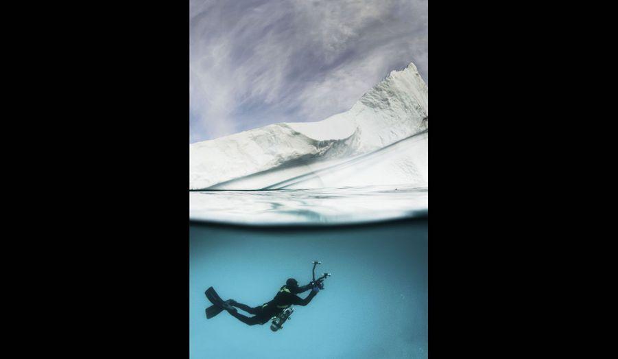 Alban Michon est le premier homme à s'immerger dans ces eaux glaciales.