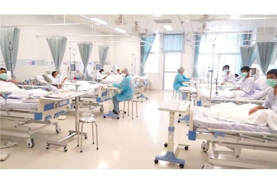 Les miraculés de la grottede Thuam Luan à l'hôpital après leur sauvetage&nbsp