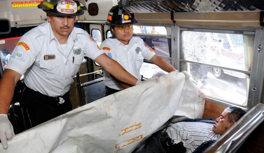 Le Guatemala est considéré comme l'un des pays les plus dangereux au monde. Une vingtaine d'homicides par jour, en grande partie attribués aux narcotrafiquants. Le 13 mai, cinq personnes ont été tuées et dix blessées après une fusillade dans un bus, à Santo Domingo Xenaco. Sur cette photo, un secouriste couvre le corps inerte d'une victime.