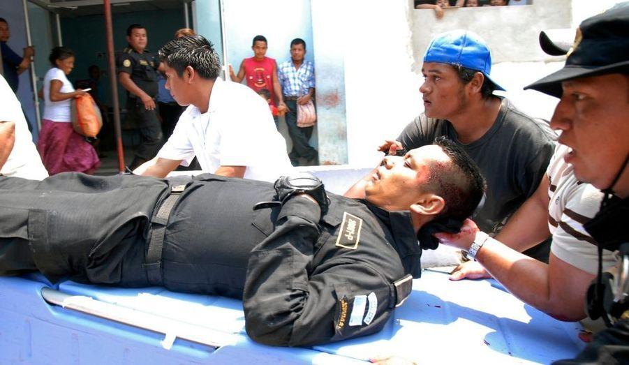 """Un policier a été blessé, rapidement secouru. """"Je peux confirmer que Hugo Francisco Chavez Mendez a été capturé vivant en tant que suspect dans les événements de dimanche"""", a dit un porte-parole de la police."""