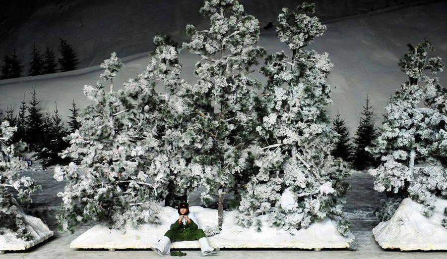 Un artiste prend une pause avant la cérémonie d'ouverture de la 13e édition du festival.