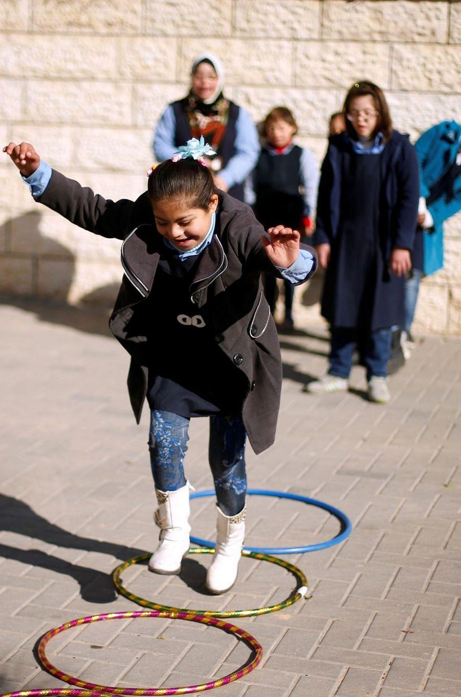 Hiba Al-Sharfa parmi ses élèves à Gaza, le 21 décembre 2016.