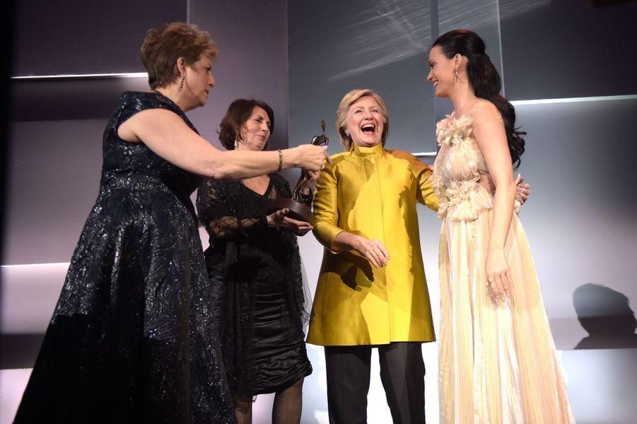 Caryl Stern, Pamela Fiori etHillary Clinton avec Katy Perry à New York, le 29 novembre.