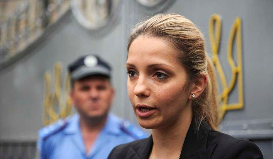 Evguenia Timochenko tient régulièrement informé les médias et les partisans de sa mère de l'évolution de la situation, devant la prison.