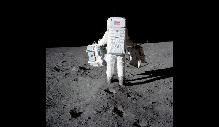 A la limite de l'incroyable. Lesté dans son scaphandre et équipé de matériel de recherche, dont un sismographe, Aldrin effectue les premières mesures scientifiques sur la Lune.