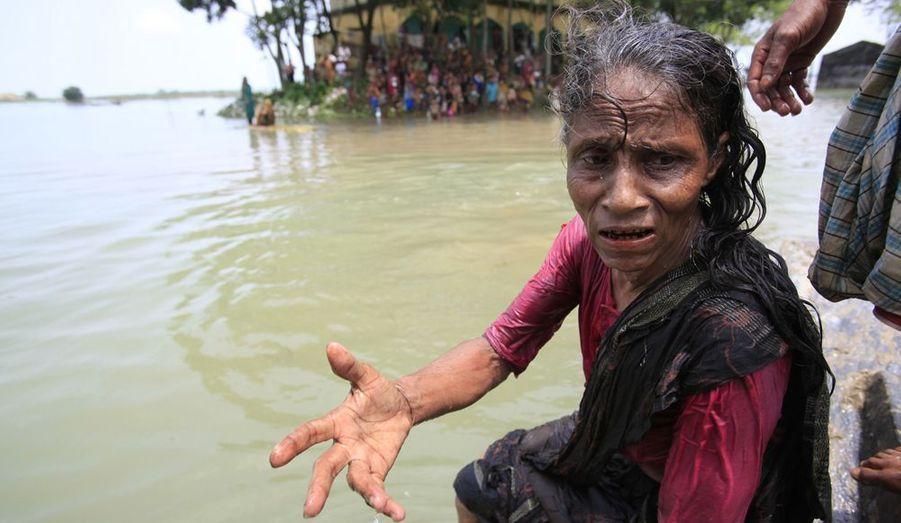 Une femme demande de l'aide alimentaire aux organisations locales.