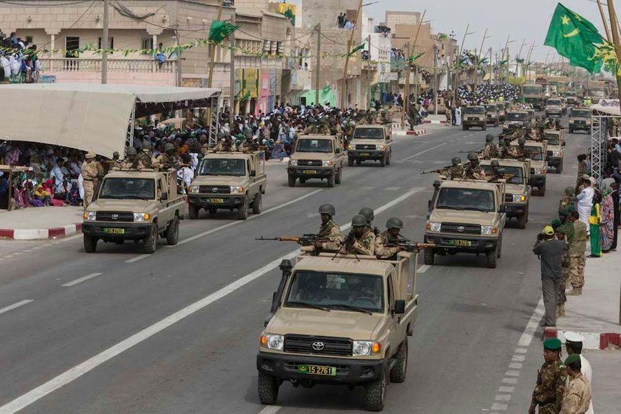 """Voilà les unités très mobiles des GSI (Groupements spéciaux d'intervention) qui surveillent et contrôlent dans le désert des kilomètres de frontières.Grande première à Nouadhibou pour la fête nationale: à l'occasion du 55ème anniversaire de l'indépendance de la Mauritanie, ce 28 novembre, un grand défilé militaire est organisé pour la première fois dans cette ville située à quelques encablures du Cap Blanc. Il durera plus de 2 h 30 avec plus de 5.000 militaires et membres des forces de sécurité du pays.Mauritanie: Avec le président Aziz dans la """"zone rouge"""" du désertComme pour mieux marquer l'identité de cette jeune République, toute la ville de Nouadhibou est pavoisée de jaune et vert et mobilisée pour fêter ses forces armées, auxquelles la population réserve un excellent accueil. Tout au long de cette impressionnante parade, on se croirait sur les Champs Elysées et même place de la Concorde pour le lâché de parachutistes final comme le14 Juilletà Paris.C'est le président Mohamed Ould Abdel Aziz – lui-même ancien général – qui a décidé cette année de décentraliser pour la première fois l'événement pour mieux mobiliser autour de lui la Nation qui se veut «un rempart» contre le terrorisme djihadiste frappant tous les jours dans les pays frères duSahel. Plusieurs contingents des pays membres du G5-Sahel, comme des soldats maliens, sénégalais et tchadiens, participent également à ce grand défilé destiné à marquer les esprits dans toute l'Afrique.Bruno Fanucchi"""