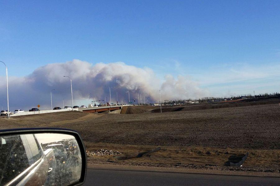 Les habitants de Fort McMurray sont obligés de fuir la ville en flammes