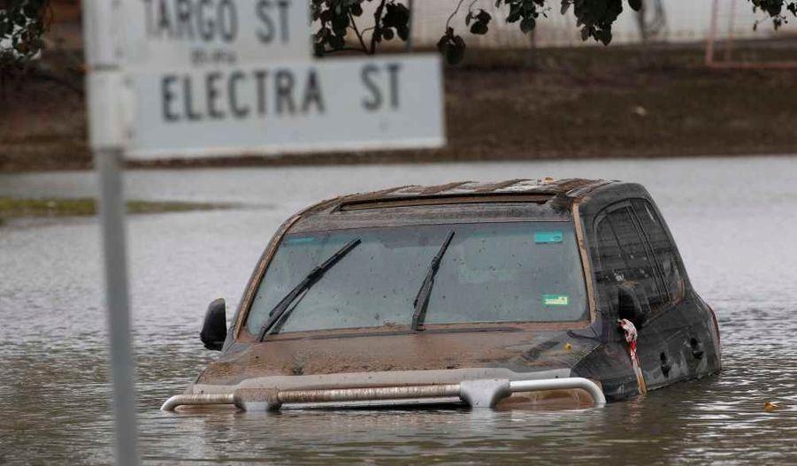 Une voiture flotte dans les rues de Bundaberg (Queensland).
