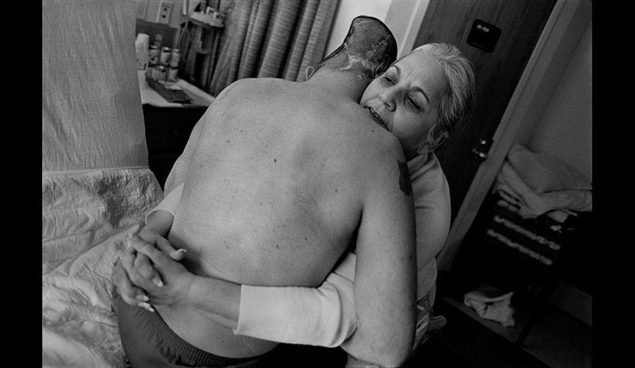Au West Roxbury Veterans Medical Center, Nelida Bagley est toujours aux côtés de son fils. Chef de la police d'une petite ville du New Hampshire et membre de la Garde nationale, José s'était porté volontaire pour partir en Irak. Le 1er mars 2006, une grenade jetée dans son Humvee lui arrache une partie du crâne. Les secouristes trouveront le côté gauche de son cerveau dans le sable.