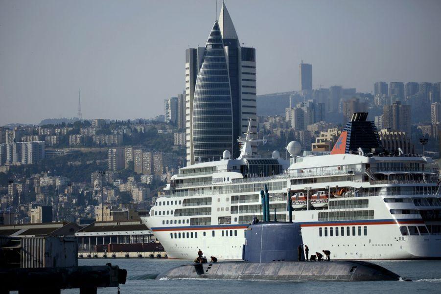 Quand les sous-marins mouillent près des paquebots de croisière… A Haïfa, base de la marine israélienne et destination touristique en plein essor.