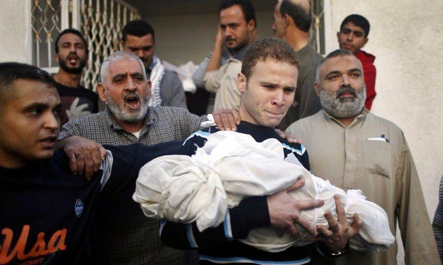 Quinze Palestiniens ont trouvé la mort dans les raids aériens, dont le jeune enfant de cet employé palestinien de la BBC, seulement âgé de 11 ans.