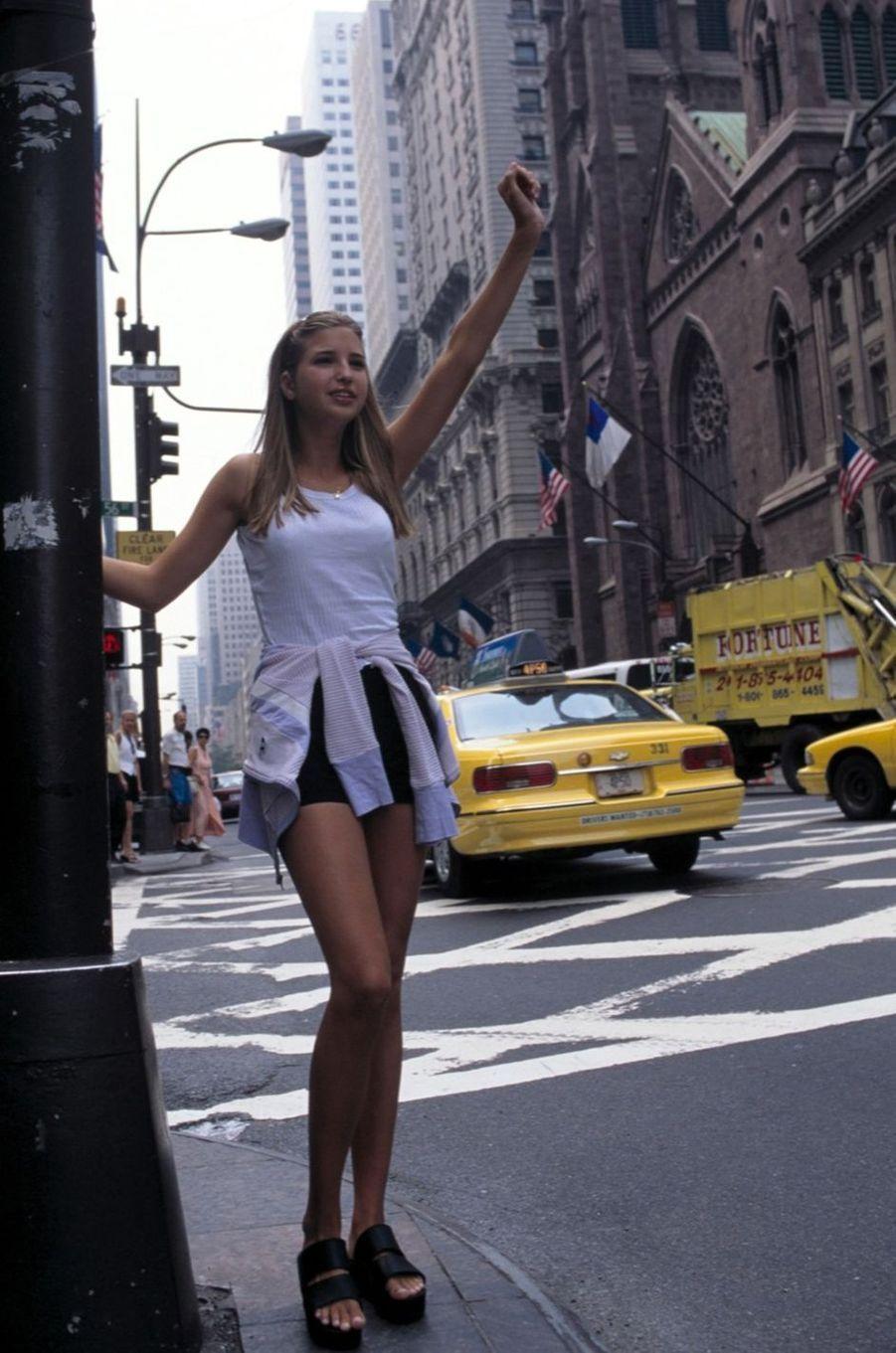 Une New-Yorkaise presque comme les autres hélant un taxi en 1996. Ivanka a 15 ans.