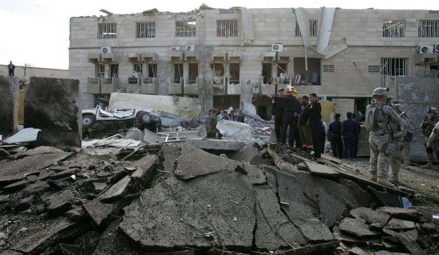 Un attentat suicide a fait 17 morts et 80 blessés mardi, près d'un bâtiment du ministère irakien de l'Intérieur à Bagdad. Selon la police locale, le bâtiment officiel a subi de gros dégâts. Nombre de victimes de l'attentat sont des policiers. L'explosion est survenue au lendemain d'une série de trois attentats à la bombe ayant visé des hôtels du centre de Badgad fréquentés par des occidentaux.